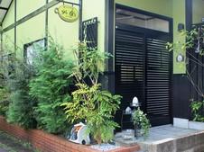 うーたん通りにあり、グリーンの壁が特徴的な展示場兼工房。通りからの入口に小さな目印があります。
