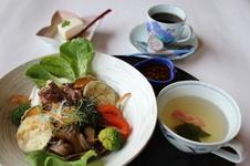 佐賀牛ステーキ丼 ヘルシーボール<br />ライスの上に地元の野菜や佐賀牛のステーキを乗せました。自家製のタレでご賞味下さい。