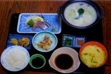 温泉湯豆腐御膳 ¥1,350<br />(温泉湯豆腐、季節のお刺身、小鉢、みそ汁、ご飯、漬物)