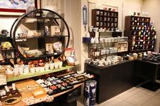 レストラン併設の焼き物ショップでは、器はもちろん、箸や小物まで数々の商品を取り揃えています。