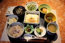 有田名物ごどうふ定食<br />¥1,350(税込)<br />特製のゴマだれでいただくごどうふをメインに、ごどうふカツや煮しめ、サラダなど数種の小鉢がついた定食です。<br />