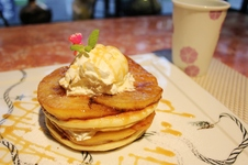 りんごのキャラメリゼパンケーキ<br />¥780(税込)<br />バニラアイスをトッピングしたふわふわのパンケーキに、りんごの酸味やキャラメルの香ばしさが絶妙にマッチした一品です。