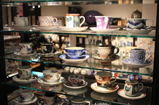 ホットドリンクは、店内2000客に及ぶカップからお好きなものを選んでご注文いただけます。