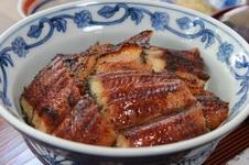 うな丼<br />丁寧に油抜きした国産うなぎをふんわりした甘さが際立つ秘伝のタレと合わせて焼き上げています。<br />臭みとぬめりがなく、香ばしくて美味しいと評判です。