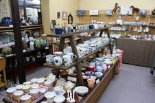 有田焼展示コーナーは、作家さんから随時新商品が届き、商品の入れ替えがこまめに行われています。<br/>
