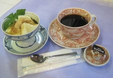 ごどうふセット(黒蜜きなこ)<br/>黒蜜きなこをかけたスイーツ風ごどうふと珈琲を素敵な有田焼の器でお楽しみいただけます。