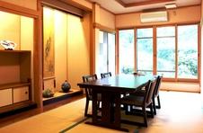個室(赤絵の間)<br />ご年配の方等に好評なテーブル・椅子席のお部屋もご準備しています。