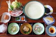 とろ~りとした温泉湯どうふ御膳 ¥2,000<br />「秋の有田陶磁器まつり」限定で提供されるメニューです。<br />全国でも有数のpH9.43の天然温泉水を使用した温泉湯豆腐はとろっとなめらかな口当たりです。