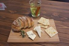 チーズ・クラッカーと自家製パンのプレートと、イルハ(ILHA)オリジナルホットワイン(赤or白)