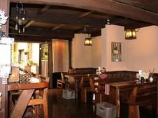 店内の奥にあるおしゃれな雰囲気のカフェスペース。中庭は必見!