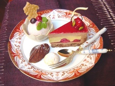 『デザートプレート』550円<br />夢庵ケーキ・自家製いちごアイス・焼き菓子のセット。