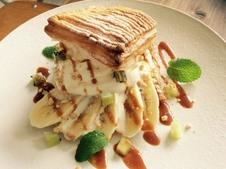 『有田に来たら登り窯サンデー』バニラ580円・抹茶600円<br />登り窯をイメージしたhestiaオリジナルデザートです。熱々のパイ生地で濃厚なアイスクリームをサンドしています。有田へお越しの際は、ぜひお召し上がりください!