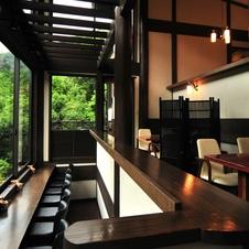 カウンター席やテーブル席、テラス席のほか、個室や特別室もございます。会議や寄り合いなど、お気軽にご利用ください。