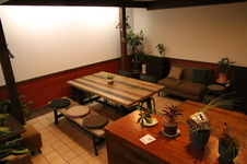 1階フロア 最大10名まで (少人数の貸切りOK)。木目調インテリアを基調とした、モダンでお洒落な空間です。