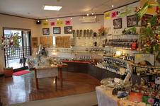 広くて明るい店内にはさまざまな小物があります。有田のお土産に最適。