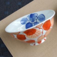 一峰窯 ぶどう絵飯碗(赤)<br/>シンプルだけど、どこか楽しくポップなかわいらしいデザイン。<br/>少し凹凸のある表面とゆるやかな曲線が手にしっくりなじみます。