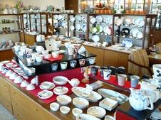 多種多様の陶磁器を取り揃えている。