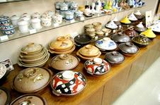 日常食器から美術品まで、有田焼にこだわった品揃え。