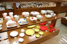 100坪のショールームで約5,000品種の品を展示販売しています。