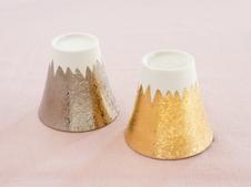 2013年に世界文化遺産に富士山が登録されたことを記念して制作したカップです。<br >金彩や銀彩がきらびやかで華やかさを演出してくれます。
