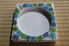 白磁硯は、墨の濃淡が硯の上でも見え、彩墨にも適しており、使用後は水洗いで元の白い硯に戻ります。<br />使いやすく、丁寧に描かれた絵柄が美しい商品です。