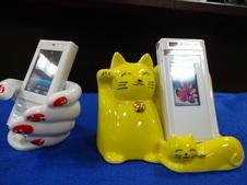 ユニークで遊び心のある携帯電話スタンド。<br />ハンド(手)型のものはマニキュアを塗り替えることができ、その日の気分で楽しめます。