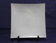 八寸正角皿 白磁波彫<br />サラダや刺身盛りなど様々な料理に使える角皿です。<br />皿の表面に彫で波を表し、シンプルな中に個性が表現されています。