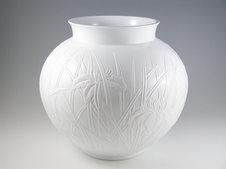 白瓷菖蒲文花瓶<br />ロクロ成形後、生の生地に花を描き、凸凹の彫りにて菖蒲の花を表現しています。