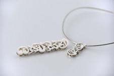 銀透かし彫り(オオクボスミエ)<br/>不思議なあたたかみを感じる銀に魅せられ、シルバーアクセサリーを手掛けています。<br />繊細なディテールの透かし彫りが特徴的です。