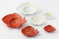 金彩鯛型小皿シリーズ<br />紅白で揃えてお祝いの贈り物にしたり、おめでたい席での器にぴったりの鯛型シリーズです。<br />鯛は古来より日本人にとって馴染み深く縁起のよいものとして知られています。
