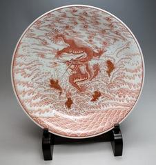 繊細なタッチで描かれた「赤龍絵皿」<br />