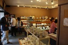 窯上げした作品は、窯元併設のギャラリーにて展示販売しています。<br />各種クレジットカードもお使いいただけます。<br />