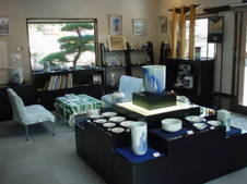 ガラス張りの明るいショールームに、聡窯歴代作家の作品が並ぶ。