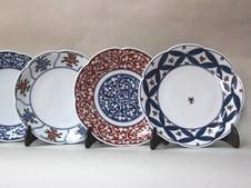「亮秀窯」の皿<br />使いやすさにこだわった形状の上に、自然の美を手描きによる緻密な絵柄と華やかな色彩で表現しています。