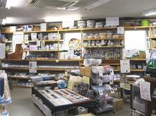 商品が所狭しと並ぶ店内。