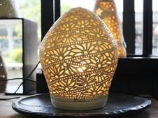 『縹乃舎』<br />1つ1つ手作業で作り出す陶磁器の透かし彫り。幻想的な光のインテリアをお楽しみ下さい。