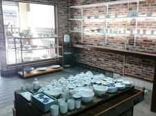 店内の様子です。体験のご予約が入った場合には、ここに粘土のプールが登場します。