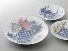 『彩磁練上市松花模様鉢』<br />鉢の中央に市松模様を置き花模様も楽しい鉢です。