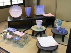 畳の展示スペースには、大皿や花器など大作を展示しています。