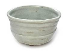 『御所丸写茶碗』 (磁器土造り)<br />御所丸茶碗とは、400年前、織部沓茶碗(おりべくつちゃわん)を手本に朝鮮半島南部で焼かせた磁器土の茶碗のことです。