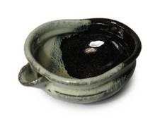 『朝鮮唐津片口向付』<br />白と黒の上薬をかけ分けて施釉し、窯の中で溶けて合わさり流れる変化がおもしろい朝鮮唐津です。