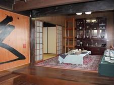 玄関では、大きな「久」の字がお客様をお迎えいたします。まるで自宅のようなホッとする空間です。