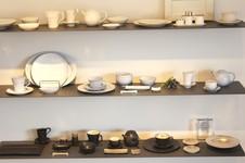 陶器の質感を磁器で表現したフランスシリーズ、やわらかい乳白色でマットな質感のオランダシリーズ、柔らかなフォルムと動きのある結晶化した黒い釉薬が特徴のイタリアシリーズ。<br />