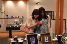 館内手前では、現在の深川製磁の職人による作品が展示販売されています。