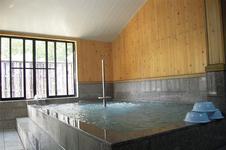 大浴場<br />源泉かけ流しの大浴場・露天水風呂にサウナがついています。<br />※貸切風呂は7室あります。