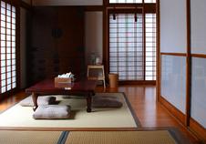 居間のようなスペースの付いた和室もございます。ぜひグループでお楽しみください。