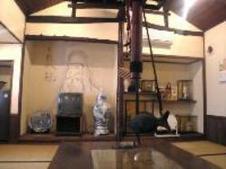 お部屋の真ん中に囲炉裏があり、家族やグループでのご利用に最適です。