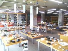 従来、産地商社向けとして運営していた展示室を、平成10年9月より装いも新たに「やきものショールーム」として開放いたしました。やきもの文化の発信地として、商品開発の情報収集の場として活用されております。