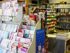 明るく見やすい店内。有田町から絵葉書を出すのもいいものですよ。