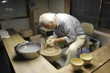 熟練の技で、普通のお茶碗であれば、1分に1つ制作できます。